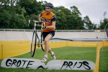 Grote Prijs Vol. V: Niels hopper og med cyklen i hænderne