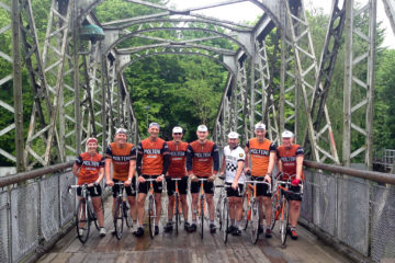 Squadra Molteni og Peugeot Re-Cycled på en bro i Silkeborg