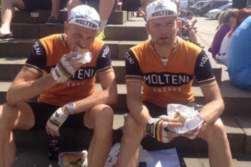 Fyen Rundt 2014 Niels og Per nyder en burger efter løbet