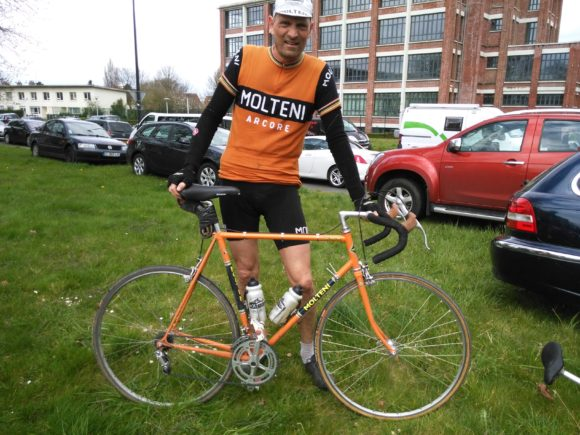 En forårsdag i helvede er overstået, og Niels er fotograferet med sin gamle stålcykel
