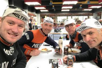 Holdet nyder suppe og øl efter Nordfyn Rundt 2017