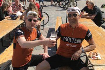 Kasper og Niels med øl efter Vadehavsløbet